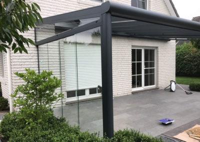 Terrassenüberdachung mit seitlicher Glasschiebetür